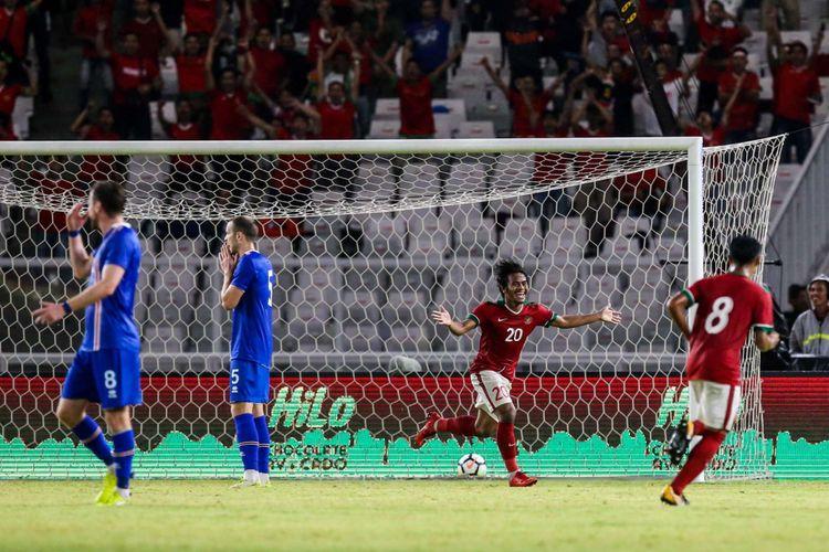 Pemain timnas Indonesia, Ilham Udin merayakan golnya saat pertandingan persahabatan Indonesia melawan Islandia di Stadion Gelora Bung Karno, Jakarta, Minggu (14/1/2018). Indonesia kalah 1-4 melawan Islandia.