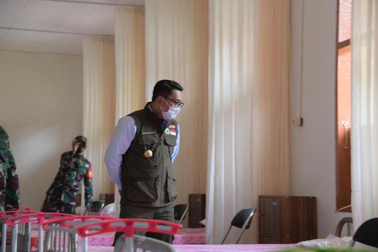 Gubernur Jawa Barat Ridwan Kamil meninjau Rumah Sakit Darurat Covid-19 Sekolah Calon Perwira Angkatan Darat (Secapa AD), Hegarmanah, Kota Bandung, Selasa (12/1/2021). Ridwan mengatakan, rumah sakit darurat itu sudah bisa beroperasi sejak Senin (11/1/2021).