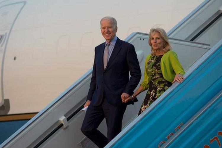 Joe Biden saat menjabat sebagai Wakil Presiden AS bersama istrinya, Jill, di Tel Aviv, Israel tahun 2016.