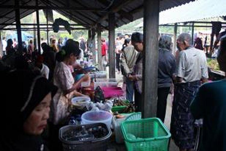 Kebanyakan pengunjung Pasar Perbatasan, Kelurahan Mamolo, Kabupaten Nunukan, Kalimantan Utara, memburu sate kerang atau sate today yang dijajakan beberapa pedagang. Sate kerang yang masih segar menjadikan menu yasng satu ini menjadi incaran pengunjung.
