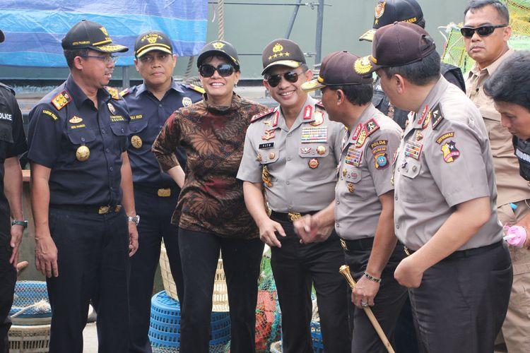 Menteri Keuangan RI Sri Mulyani Indarwati dan Kapolri Jendral Tito Karnavian didampingi Dirjen Bea Cukai dan pejabat Polri melakukan peninjauan kapal pembawa sabu 1,6 ton yang bersandar di Dermaga Logistics Sekupang, Batam, Kepulauan Riau.