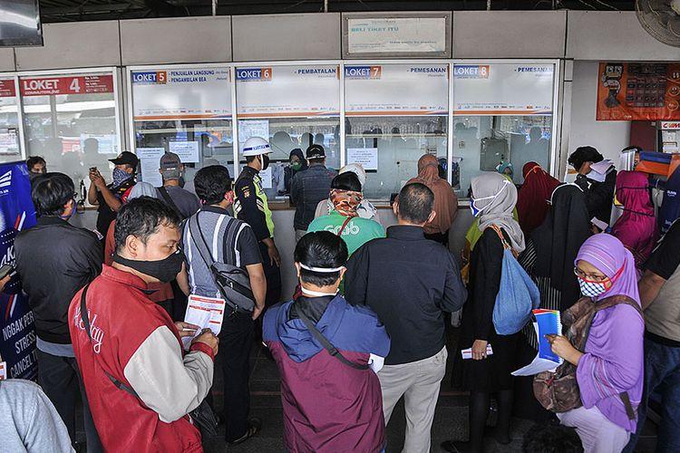 Sejumlah calon penumpang mengantre untuk mengurus pembatalan tiket keberangkatan di stasiun Bekasi, Jawa Barat, Kamis (23/4/2020). Menurut data PT Kereta Api Indonesia (Persero) sebanyak 70 perjalanan KA jarak jauh di area Daop 1 Jakarta dibatalkan, sebagai tindak lanjut larangan mudik oleh pemerintah untuk mengurangi penyebaran wabah COVID-19.