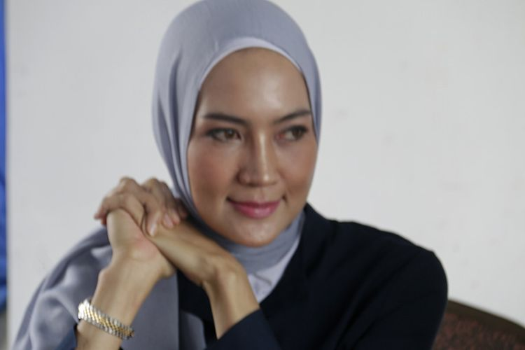 Fenny Steffy Burase didampingi kuasa hukumnya Fahri Timur menggelar konferensi pers dengan Jurnalis di Banda Aceh untuk memberikan klarifikasi terkait pemberitaan selama ini yang seolah-olah kasus korupsi DOKA 2018 berkaitan dengan Aceh maraton, Sabtu (11/08/18).