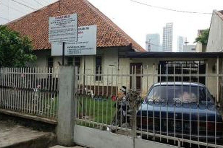 Penyegelan di kediaman Diana (47) yang terletak di Jalan Taman Kebon Sirih 3 No.9 RT 009/010, Kampung Bali, Tanah Abang, Jakarta Pusat pada