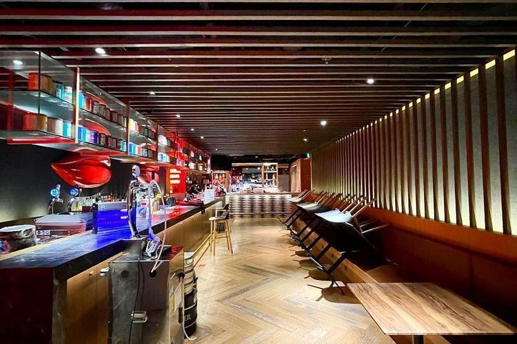 Meja-meja Restoran dan Bar RedTail, Zouk di Clarke Quay, Singapura terlihat dilipat, Sabtu Malam (12/6/2021). Sesuai dengan peraturan lockdown parsial yang sedang diterapkan di Singapura, pusat-pusat makanan seperti restoran, food court, kedai kopi, dan hawker diizinkan beroperasi hanya untuk take away atau membawa pulang makanan hingga 20 Juni mendatang