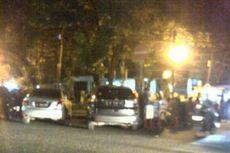 Mereka Parkir Pinggir Jalan Demi Nasi Goreng Kambing Kebon Sirih