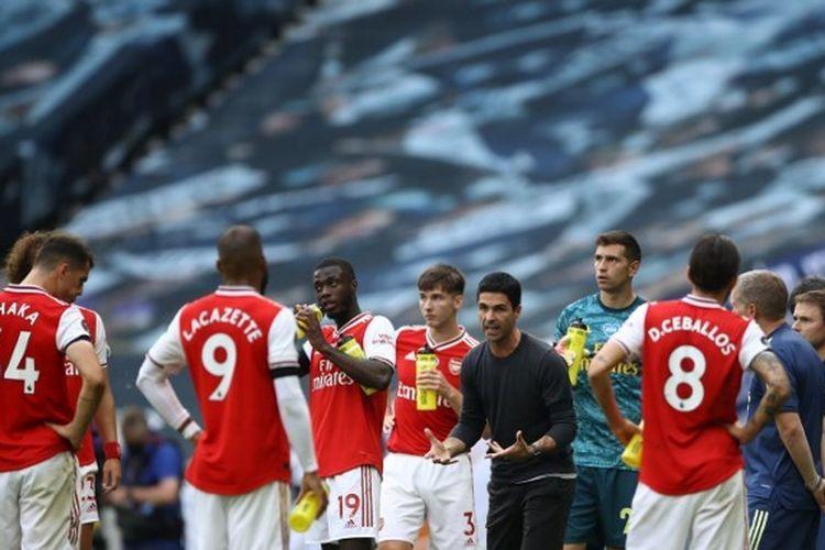 Pelatih Arsenal, Mikel Arteta, saat memberi arahan kepada anak asuhnya dalam laga kontra Tottenham Hotspur, Minggu (12/7/2020) malam WIB.