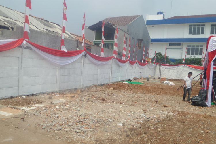 Warga RW 07 Kelurahan Kayu Putih, Jakarta Timur memprotes penutupan jalan yang dilakukan oleh anggota DPR RI. Penutupan itu diketahui sebagai bagian rencana anggota DPR tersebut untuk membangun sebuah gedung stasiun televisi di sekitar kawasan itu, Kamis (17/8/2017)