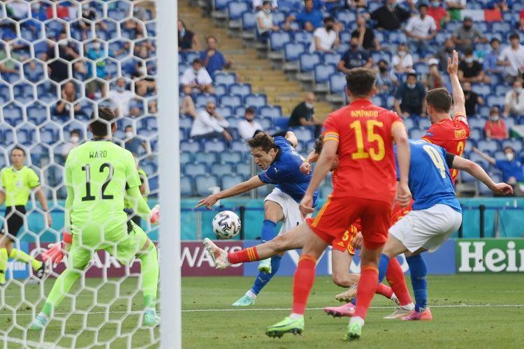 Federico Chiesa (tengah) mencoba melakukan tembakan dalam pertandingan Grup A Euro 2020 Italia vs Wales di Stadion Olimpico, Roma, Italia, Minggu (20/6/2021) malam WIB.