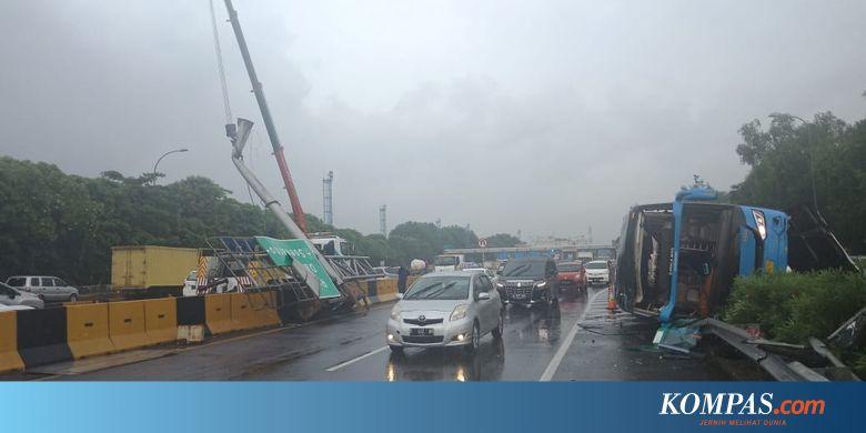 JSMR Busnya Terbalik di Tol Arah Bandara Soetta, Perum Damri Minta Maaf