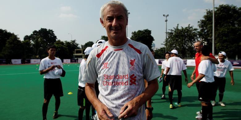 Legenda Liverpool Ian Rush berpose seusai memberikan coaching clinic kepada anak-anak di Lapangan Hoki, Senayan, Jakarta, Jumat (19/7/2013). Liverpool akan bertanding melawan tim Indonesia XI di Stadion Utama Gelora Bung Karno, pada Sabtu 20 Juli 2013.