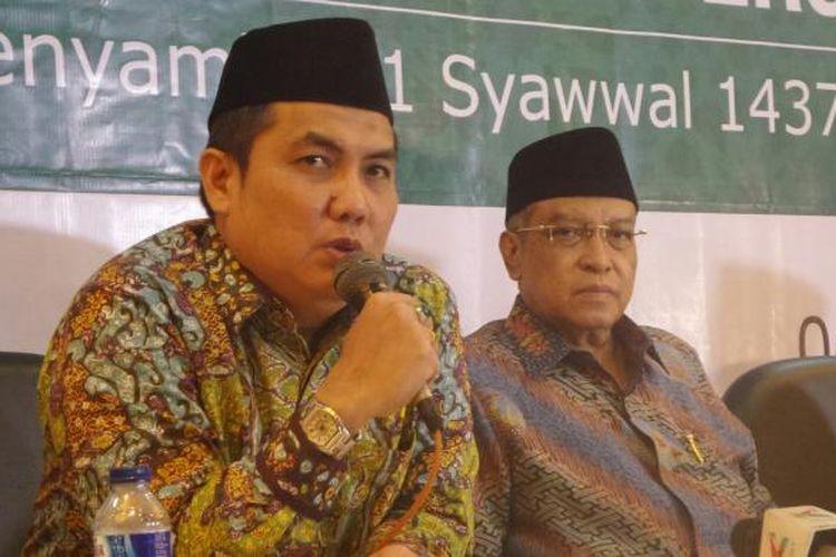 Sekretaris Jenderal PBNU Helmy Faishal Zaini (kiri) saat memberikan keterangan penetapan hari raya Idul Fitri 2016, di gedung PBNU, Jakarta Pusat, Senin (4/7/2016).