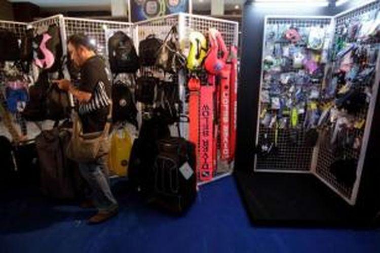 Perlengkapan menyelam bisa ditemui dalam pameran Deep and Extreme Indonesia 2014, di Jakarta International Expo, Kemayoran, Kamis (27/3/2014). Acara yang berlangsung hingga 30 Maret ini, memamerkan berbagai peralatan olahraga ekstrem antara lain menyelam, mendaki gunung, dan bersepeda.
