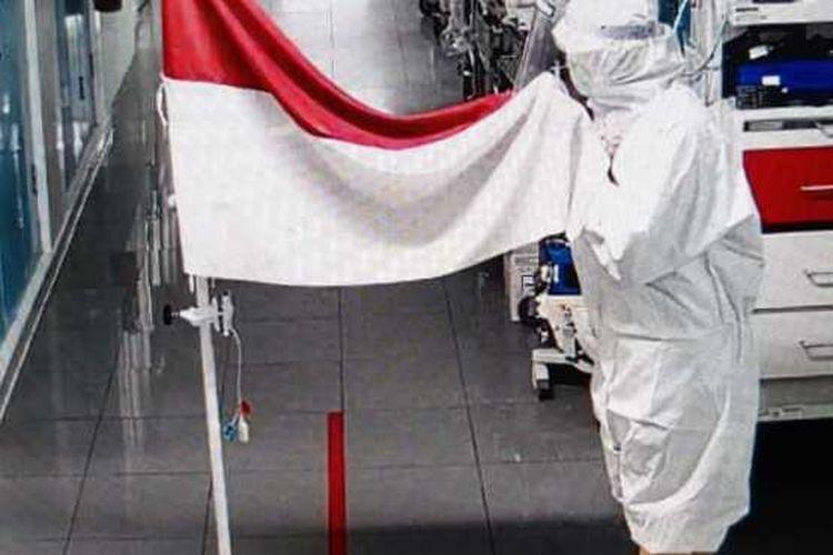 Petugas Medis RSUP Dr Sardjito saat mencium Bendera Merah Putih di ruang isolasi Gatotkaca.