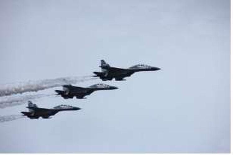 Atraksi terbang rendah tiga pesawat tempur Sukhoi dari Skuadron 11 di langit Kolaka, Sulawesi Tenggara