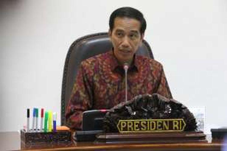 Presiden Joko Widodo memimpin rapat terbatas terkait penurunan harga bahan bakar minyak (BBM) premium dan solar, di kantor kepresidenan, Kompleks Istana, Jakarta, Rabu (30/3/2016). Pemerintah akhirnya memutuskan harga bahan bakar minyak (BBM) berjenis premium dan solar masing-masing turun Rp 500, berlaku mulai 1 April 2016.