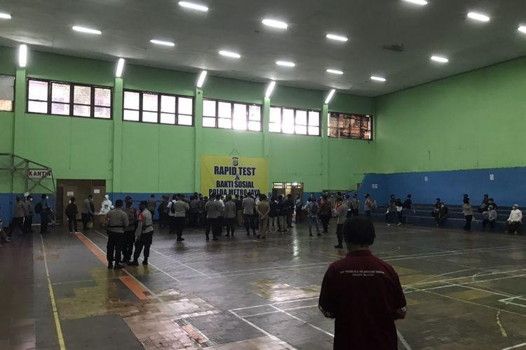 Polda Metro Jaya menggelar rapid test terkait adanya klaster Tebet yang muncul akibat kerumuman dari kegiatan Maulid Nabi pekan lalu di Gelanggang Olahraga Remaja (GOR) Tebet, Jakarta Selatan pada Senin (23/11/2020).