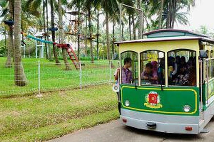 Kereta keliling berangkat dari depan wahana outbond untuk mengantarkan pengunjung menikmati suasana Taman Buah Mekarsari, Cileungsi, Kabupaten Bogor, Sabtu (15/2/2014). Layanan wisata itu kembali diluncurkan setelah renovasi kawasan dan peremajaan.