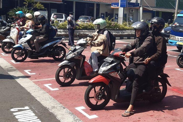 Para pengguna kendaraan roda dua berhenti di marka pembatasan jarak 1 meter di traffic light Simpang Lima Sukoharjo, Jawa Tengah, Rabu (10/6/2020).