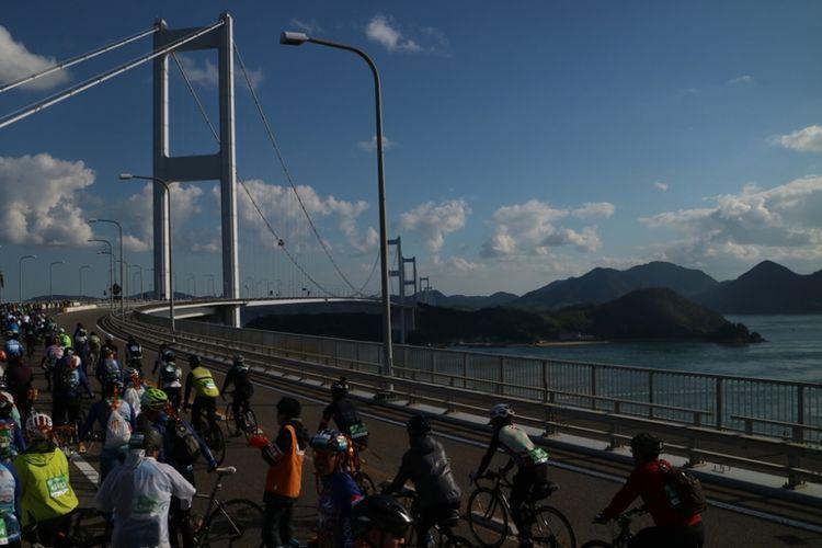 Para pesepeda ketika mengikuti event Shimanami Kaido di Jepang 28 Oktober 2018.
