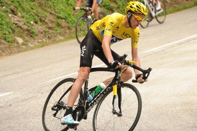 Pebalap sepeda asal Inggris, Christoper Froome, menikung di lintasan menuju Semnoz pada Tour de France ke-100, Sabtu (20/7/2013).