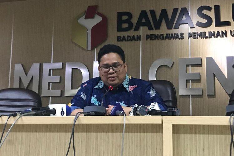 Anggota Bawaslu Rahmat Bagja saat konferensi pers di Kantor Bawaslu RI, Jakarta Pusat, Kamis (18/4/2019).
