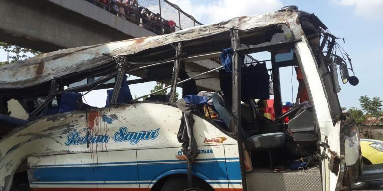 Bus Rukun Sayur menabrak pembatas jalan di KM 202 Tol Palikanci, Jawa Barat, Senin (14/7/2015). Sebanyak 11 orang dilaporkan tewas di tempat.