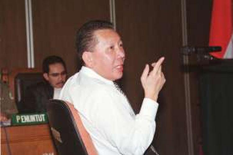Terdakwa dalam kasus Bank Bali, Joko Soegiarto Tjandra, berbicara dengan penasihat hukumnya (tak terlihat) saat tuntutan pidana dibacakan jaksa penuntut umum Antazari Ashar di Pengadilan Negeri Jakarta Selatan, Senin (31/7). Joko dituntut hukuman 18 bulan penjara.   Kompas/Danu Kusworo (DNU) 31-07-2008  Dimuat (1/8).