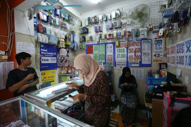 Seorang pedagang terlihat sedang registrasi SIM card di salah satu gerai di kawasan Bumi Serpong Damai, Tangerang, Banten, Selasa (7/11/2017). Pemerintah mewajibkan registrasi ulang SIM card bagi para pengguna telepon seluler hingga 28 Februari 2018 dengan memakai nomor NIK dan kartu keluarga (KK).