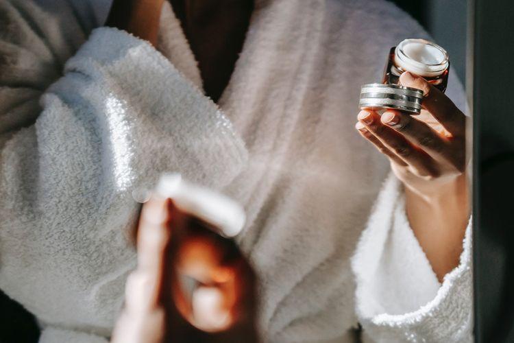 Meski penggunaan skincare dengan bahan tertentu dianjurkan, namun hindari menggunakan skincare secara berlebihan jika sedang mencari cara menghilangkan komedo di hidung.