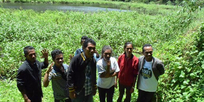 Pesona danau mungil Koliheret di Desa Watudiran, Kecamatan Waigete, Kabupaten Sikka, Nusa Tenggara Timur, Minggu (21/4/2019).