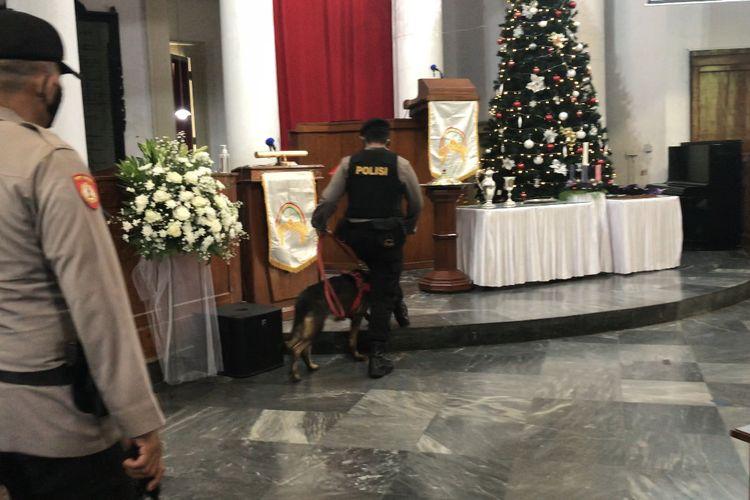 Anggota Korps Brimob bersama Samapta K9 Polda Metro Jaya melakukan penyisiran obyek berbahaya sebelum pelaksanaan Misa Natal di area luar dan dalam Gereja Immanuel, Gambir, Jakarta Pusat pada Jumat (25/12/2020) pagi.
