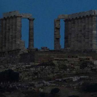 Bulan purnama naik di sebelah kuil Yunani kuno Poseidon di Cape Sounion, sekitar 65 kilometer selatan Athena, 23 Juni 2013. Bulan yang akan mencapai tahap penuh pada Minggu, 14 persen lebih dekat ke bumi dan dikenal sebagai fenomena supermoon.
