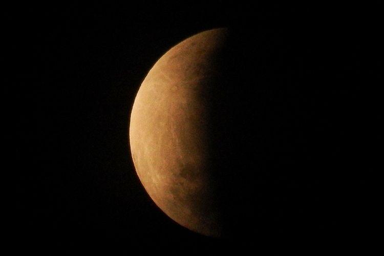 Puncak gerhana bulan sebagian atau parsial sekitar pukul 04:30 WIB terlihat dari Bekasi, Jawa Barat, Rabu (17/7/19). Durasi gerhana bulan sebagian ini dapat diamati selama dua jam dan 58,8 menit dari fase awal hingga fase akhir.