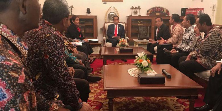 Presiden Joko Widodo saat menerima perwakilan nelayan pro cantrang di Istana Merdeka, Jakarta, Rabu (18/1/2018).