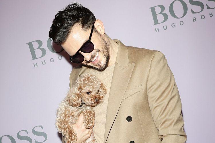 Aktor Orlando Bloom bersama anjingnya Mighty ketika menghadiri Milan Fashion Week.