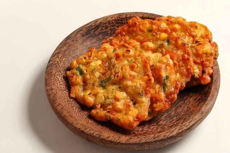 Ilustrasi perkedel jagung atau bakwan jagung.