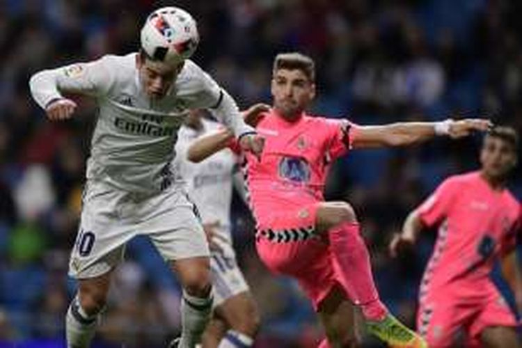 Gelandang Real Madrid, James Rodriguez (kiri), berduel dengan bek Cultural Leonesa, Ivan Gonzalez, untuk menyundul bola dan mencetak gol dalam pertandingan leg kedua babak 32 besar Copa del Rey di Stadion Santiago Bernabeu, Rabu (30/11/2016).