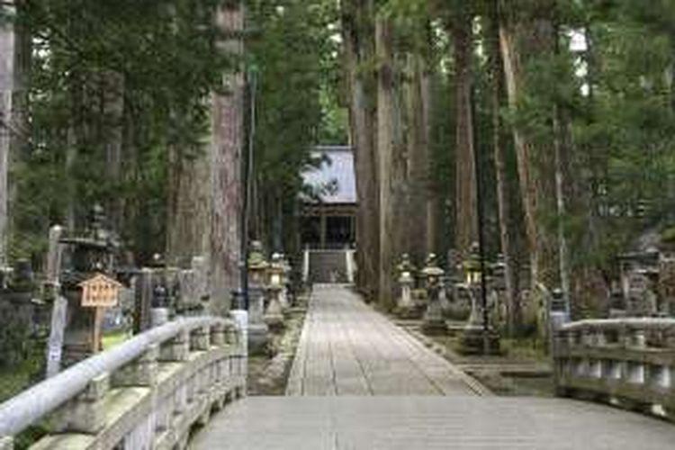 Makam Kobo Daishi. Di lokasi ini, tokoh biksu Kobo Daishi diceritakan sedang menjalani pertapaan abadi untuk membebaskan semua makhluk hidup.