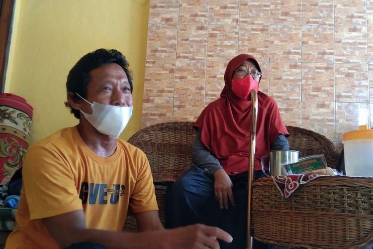 Imas Kustiani (53) guru honorer kategori dua bersama suaminya Nana Suhana (54) ditemui di teras rumahnya di Perumahan Eka Mas Permai, Desa Pangulah Utara, Kecamatan Kotabaru, Karawang. Imas merupakan guru honorer yang videonya viral lantaran ikut seleksi PPPK meski tengah sakit struk.