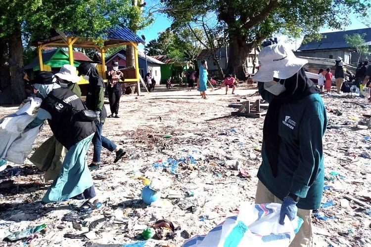 Relawan dari Layanan Kesehatan Cuma-cuma dan Dompet Dhuafa Volunteer Sulawesi Selatan, menggelar gerkan bersih sampah dalam rangka memeriahkan World Clean Up Day di pesisir pantai Kelurahan Mattiro Sompe.