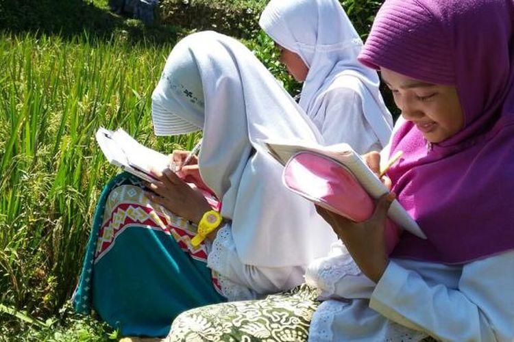 Sekolah juga harus menyenangkan. Itulah alasannya pendidikan di Purwakarta, terutama di pedesaan, banyak belajar di luar kelas.