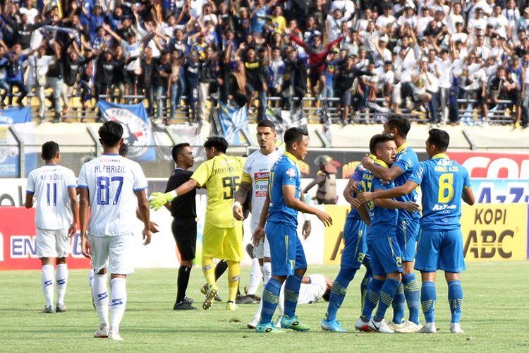 Para pemain Persib Bandung merayakan gol pertama ke gawang Arema FC, saat kedua tim bertemu pada laga tunda pekan ke-21 Liga 1 2019, Stadion Si Jalak Harupat, Kabupaten Bandung, Selasa (12/11/2019).
