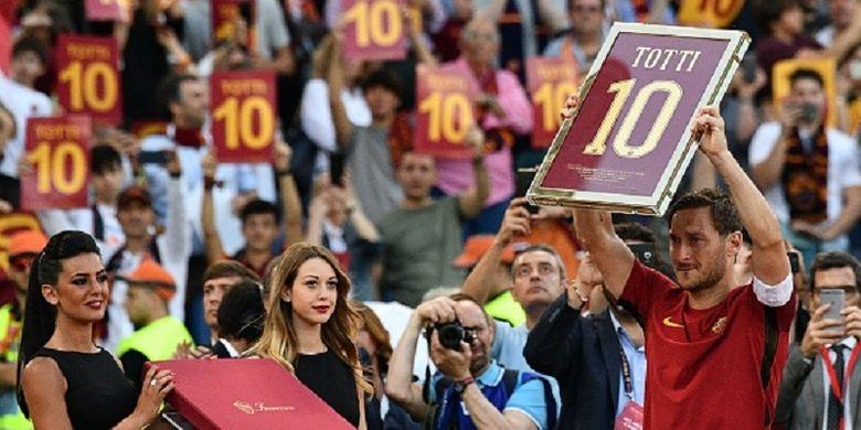 Francesco Totti mengangkat plakat bernomor 10 yang identik dengan nomor kostumnya selama membela AS Roma pada seremoni perpisahan seusai laga antara Roma dan Genoa di Olimpico, Minggu (28/5/2017).