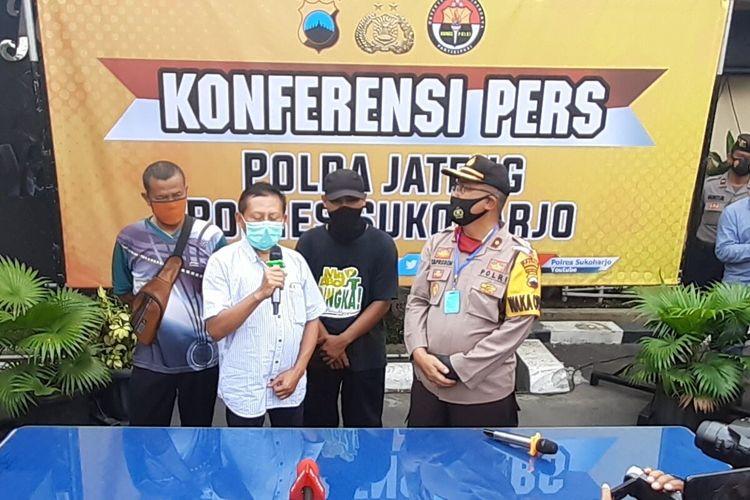 Suami korban, dr Achmad Yani didampingi polisi dalam konferensi pers di Mapolres Sukoharjo, Jawa Tengah, Jumat (23/10/2020).