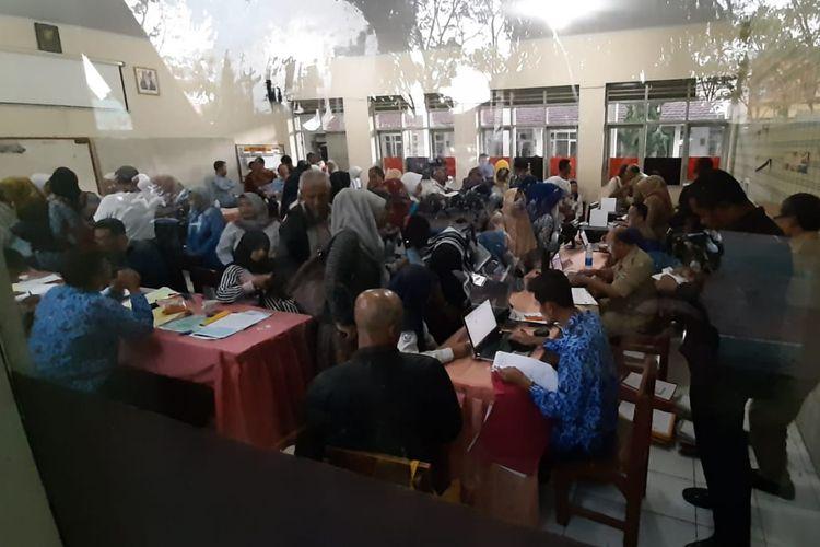 Antrean pendaftar masih terjadi saat penerimaan peserta didik baru (PPDB) di SMAN 2 Kota Tasikmalaya, Selasa (18/6/2019).