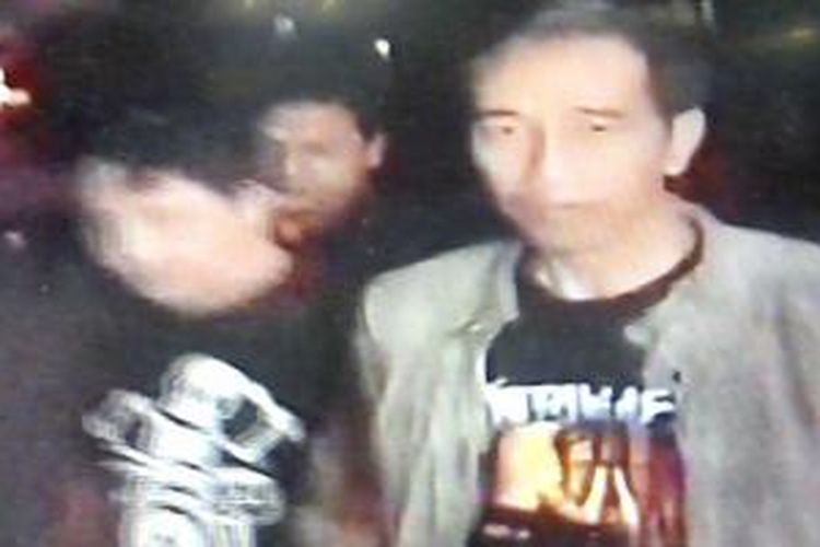 Gubernur DKI Jakarta Jokowi Widodo tiba di Gelora Bung Karno, Jakarta, Minggu (25/8/2013), untuk menonton konser Metallica. Jokowi tampak mengenakan kaos hitam dengan gambar Metallica.