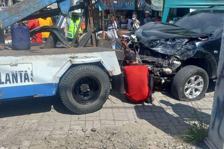Sebuah mobil menabrak KRL yang tengah melintas di perlintasan kereta api di Jalan Duri Kosambi, Cengkareng, Jakarta Barat, pada Selasa (15/6/2021).