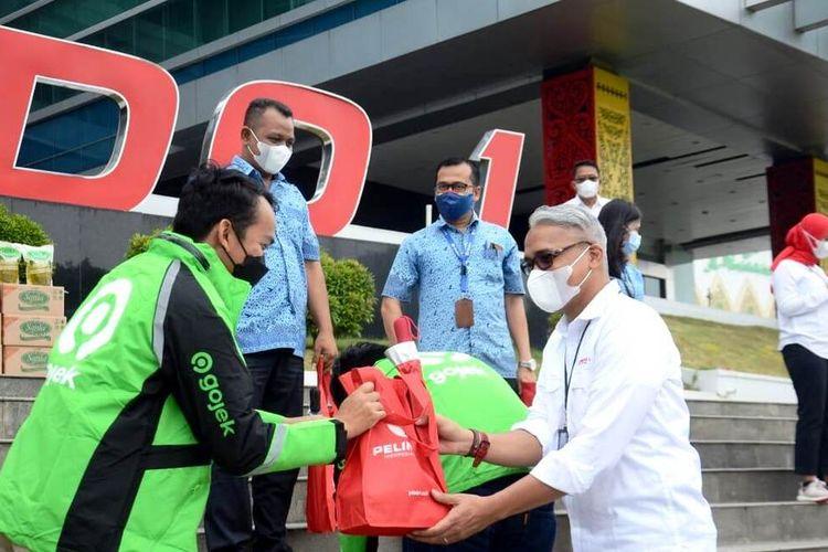 Direktur Utama Pelindo 1, Prasetyo memberikan bantuan sembako kepada masing-masing perwakilan pengemudi, Selasa (27/7/2021)