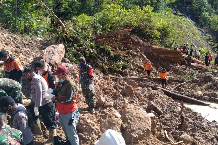 Tim gabungan mencari korban akibat kejadian tanah longsor di Kevamatan Batang Toru, Kabupaten Tapanuli Selatan, Sumatera Utara, Jumat (30/4/2021). Sumber foto: Dokumentasi BNPB